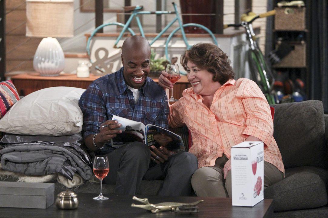 Spontan übernachtet Ray (J.B. Smoove, l.) bei den Millers, während Nathan herausfindet, dass er der Liebling seiner Mutter (Margo Martindale, r.) is... - Bildquelle: 2013 CBS Broadcasting, Inc. All Rights Reserved.