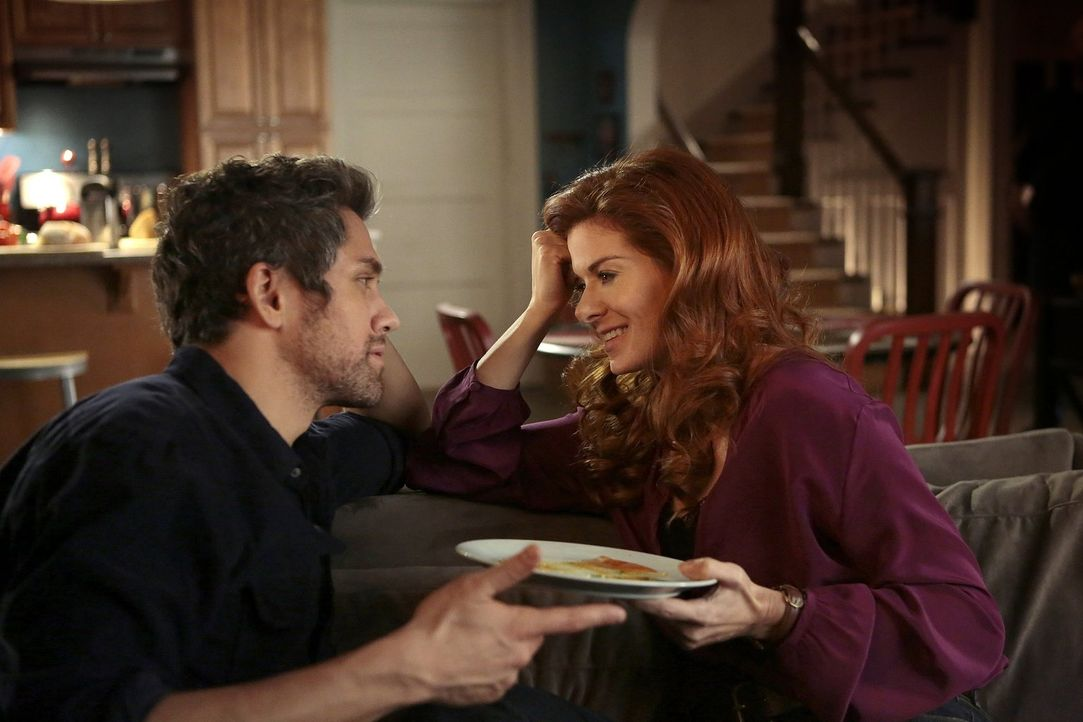 Gehört das zu den Ermittlungen oder hat Laura (Debra Messing, r.) wirkliches Interesse an dem Verdächtigen Tony (Neal Bledsoe, l.)? - Bildquelle: Warner Bros. Entertainment, Inc.