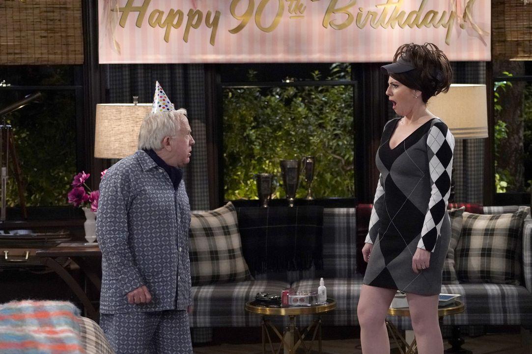 Beverley (Leslie Jordan, l.) offenbart Karen (Megan Mullally, r.) ein Geheimnis ... - Bildquelle: Chris Haston 2017 NBCUniversal Media, LLC