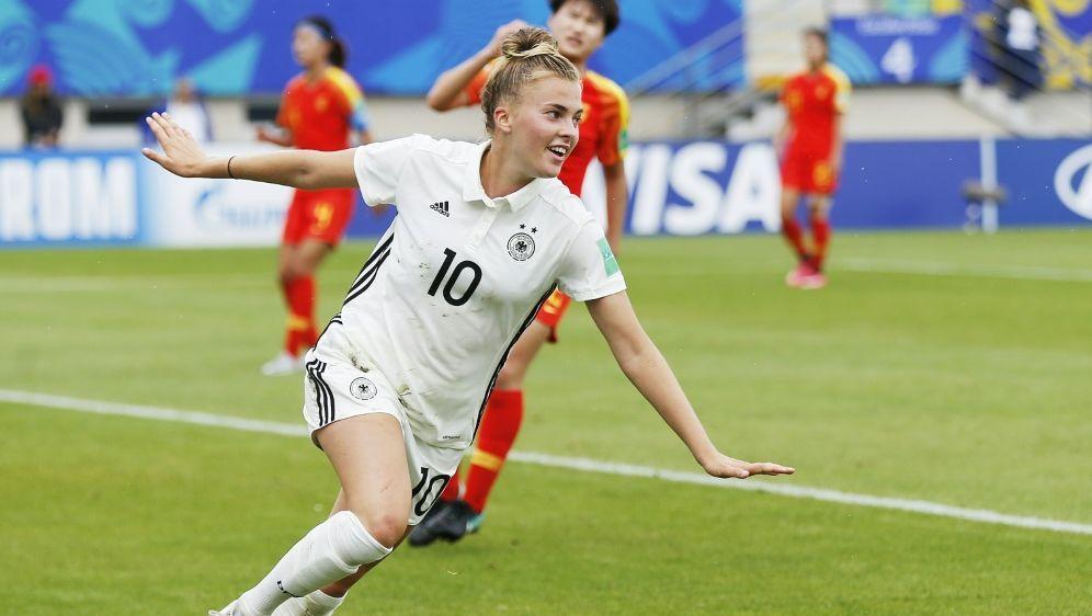 Laura Freigang bejubelt ihren Treffer zum 2:0 - Bildquelle: AFPSIDCHARLY TRIBALLEAU
