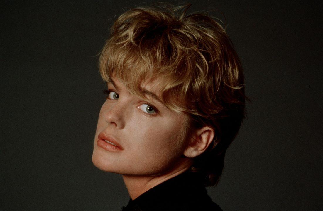 Ein Häschen auf einem Kriegsschiff: Das attraktive Playboy-Model Jordan Tate (Erika Eleniak) zeigt, dass sie mehr kann, als nur aus Torten zu hüpf... - Bildquelle: Warner Bros.