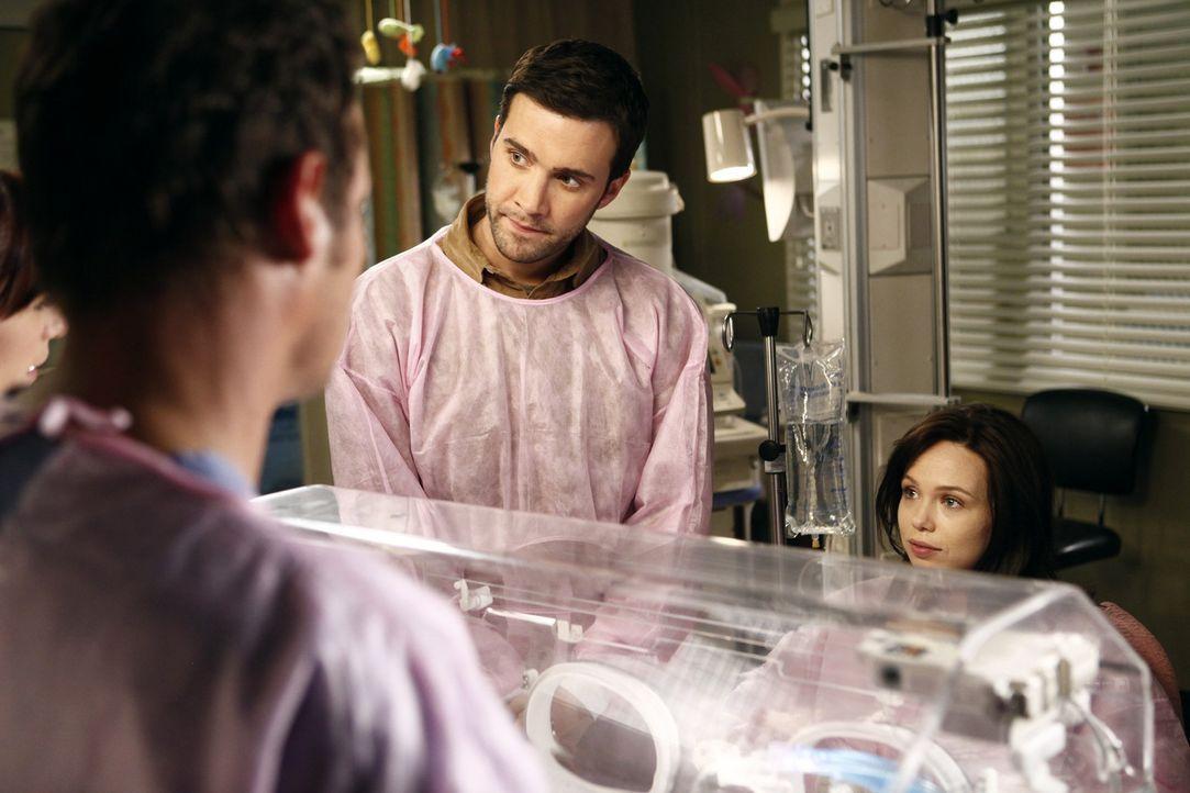 Machen sich große Sorgen um ihren kleinen Sohn, der sechzehn Wochen zu früh zur Welt kam: Morgan (Amanda Fuller, r.) und Chris (Gil McKinney, 2.v.... - Bildquelle: ABC Studios