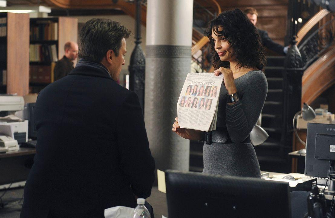 Die Journalistin Donna Vincennes (Siena Goines, r.) erzählt Richard (Nathan Fillion, l.), dass die bekannte Junggesellin Amanda Livingston Interesse... - Bildquelle: ABC Studios