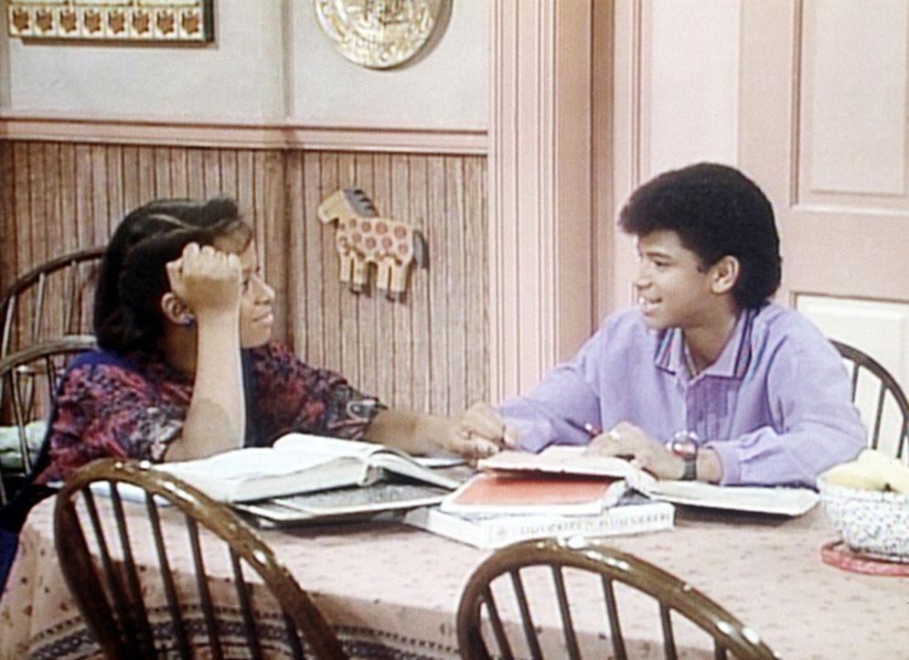 Vanessa (Tempsett Bledsoe, l.) lernt mit ihrem Freund Robert (Dondre Whitfield, r.) für eine Geschichtsarbeit, allerdings nicht konzentriert. - Bildquelle: Viacom