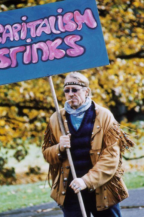 Kapitalismus stinkt: Zum Entsetzen seiner Tochter platziert sich Herby (Rainer Schöne) direkt vor der Bank ... - Bildquelle: Krause-Burberg ProSieben