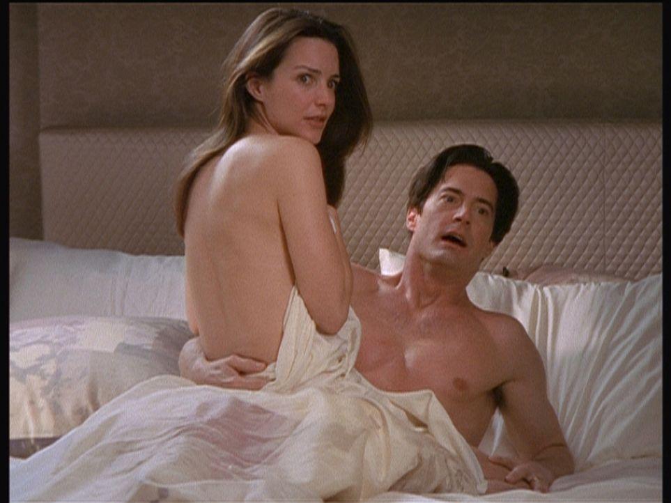 Sogar in ihrem eigenen Ehebett sind Charlotte (Kristin Davis, l.) und Trey (Kyle MacLachlan, r.) vor Bunny nicht sicher. - Bildquelle: Paramount Pictures