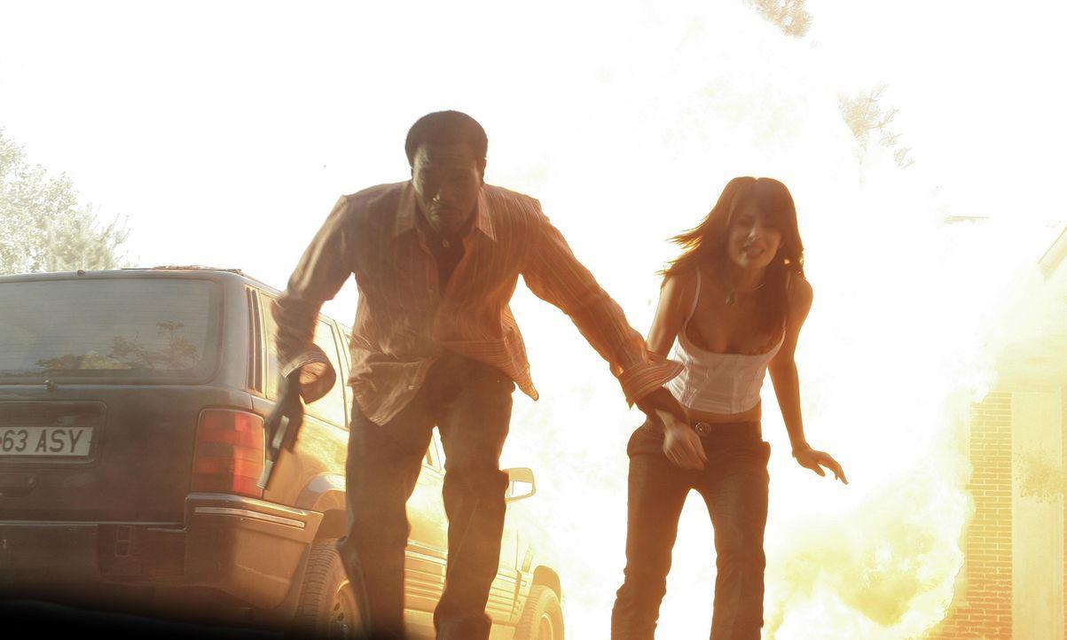 Nur knapp können Sonni (Wesley Snipes, l.) und Nadia (Silvia Colloca, r.) einem Anschlag der Waffenhändler entgehen ... - Bildquelle: 2005 Micro-Fusion 2004-14 LLP. All Rights Reserved.