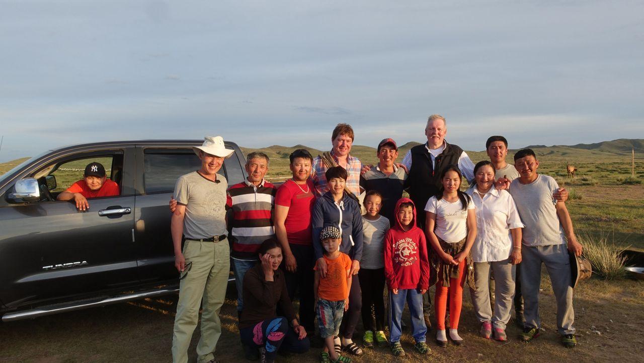 Tamme Hanken (5.v.r.) und sein bester Freund, der Schweinebauer Peter (8.v.l.), reisen in die sagenumwobene Mongolei. Und bei dem Pferdevolk spricht... - Bildquelle: kabel eins