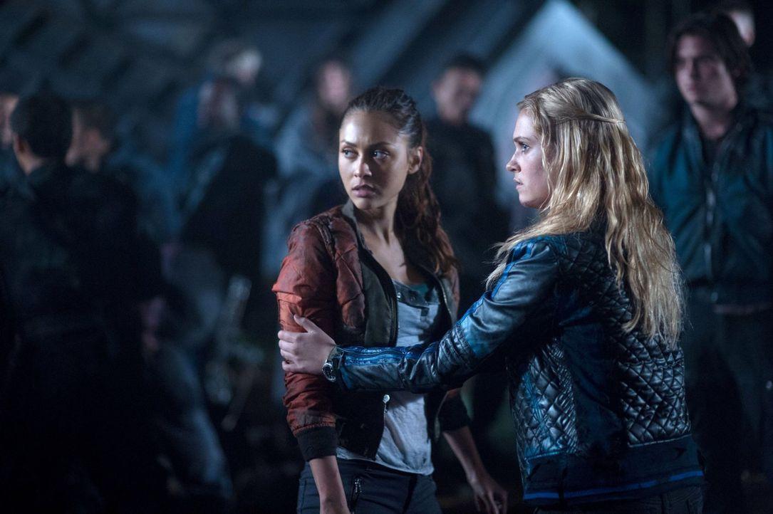 Finn weiß, dass er sowohl Ravens (Lindsey Morgan, l.), als auch Clarkes (Eliza Taylor, r.) Leben nicht immer einfach macht ... - Bildquelle: 2014 Warner Brothers