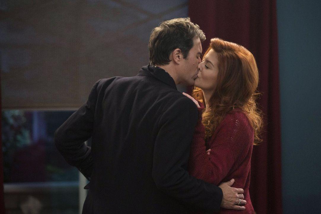 Flammt die Liebe zwischen Andrew (Eric McCormack, l.) und Laura (Debra Messing, r.) wieder auf? - Bildquelle: Warner Bros. Entertainment, Inc.