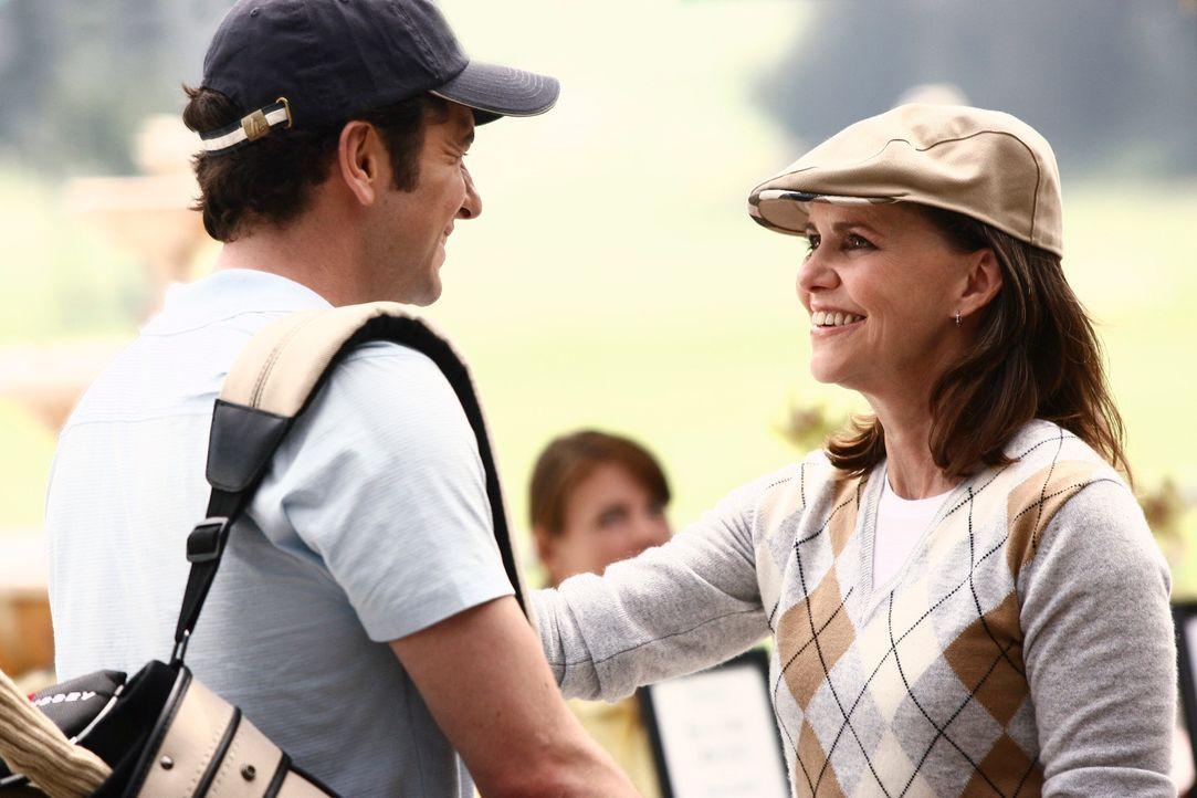 Nora (Sally Field, r.) hat eine Einladung zu einer Golfpartie erhalten, an deren Anschluss ihr verstorbener Mann William geehrt werden soll. Kevin (... - Bildquelle: Disney - ABC International Television