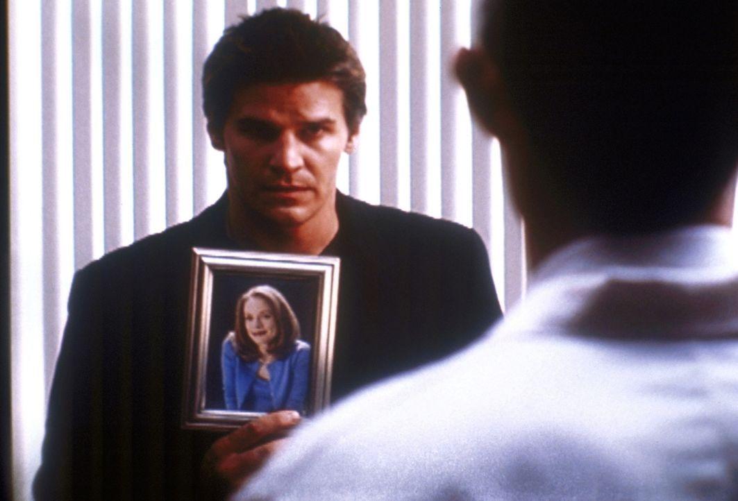 Angel (David Boreanaz, l.) wurde von Melissa (Tushka Bergen, Bild) beauftragt, sie vor ihrem überaus lästigen Verehrer zu beschützen. - Bildquelle: TM +   2000 Twentieth Century Fox Film Corporation. All Rights Reserved.