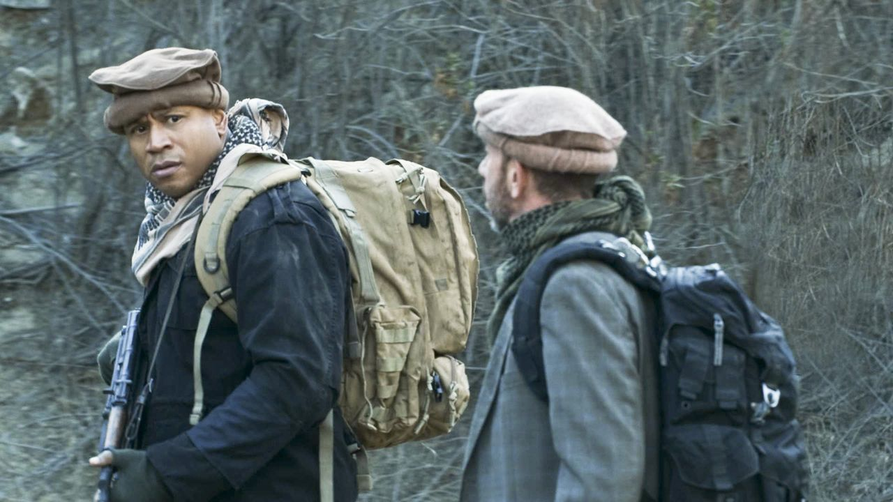 Riskieren in Afgahnistan ihr Leben, um Kensi zu retten, die sich in der Gewalt der Taliban befindet: Sam (LL Cool J, l.) und Owen (Miguel Ferrer, l.... - Bildquelle: CBS Studios Inc. All Rights Reserved.