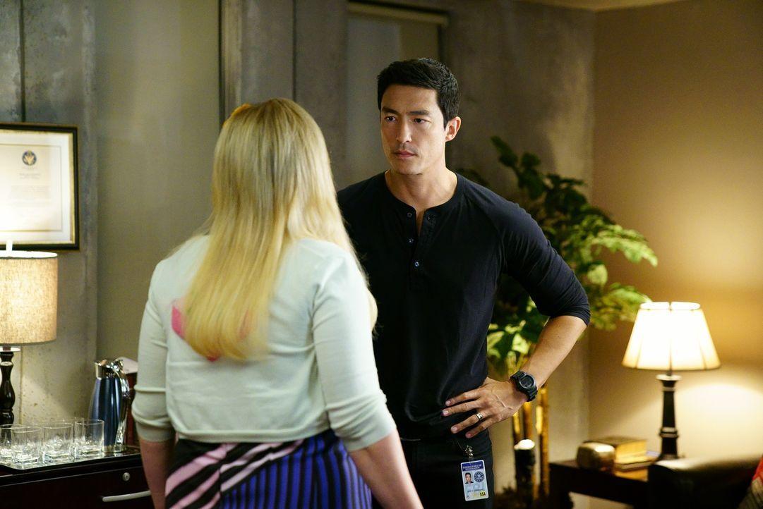 Nachdem Garcia (Kirsten Vangsness, l.) ihn aufgrund eines Angriffs auf den BAU kontaktiert, schließt sich Matt Simmons (Daniel Henney, r.) der Rettu... - Bildquelle: Sonja Flemming ABC Studios