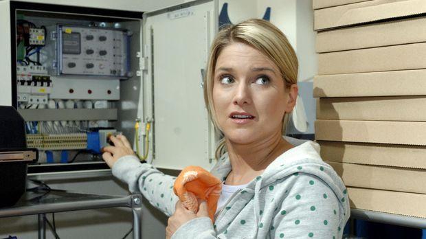 Anna (Jeanette Biedermann) versucht ein Ablenkungsmanöver, indem sie das Stro...