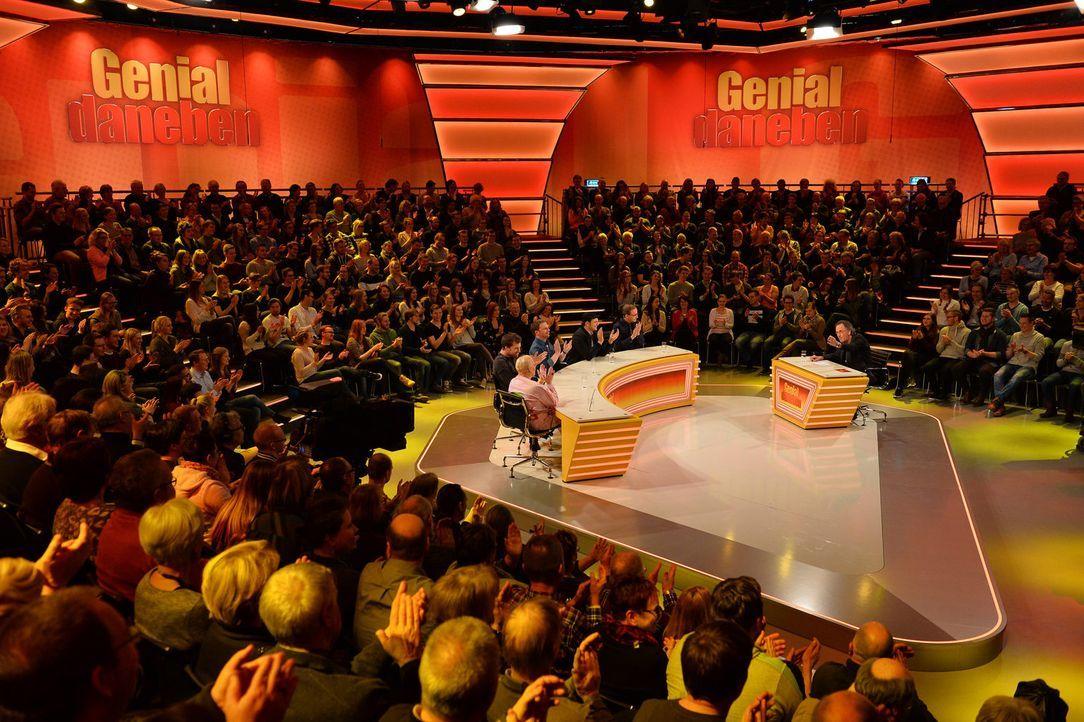 """Hugo Egon Balder (r.) stellt in neuen Ausgaben der Kult-Comedyshow """"Genial daneben"""" sein Rate-Team vor harte Aufgaben: Hella von Sinnen (2.v.l.), Wi... - Bildquelle: Willi Weber SAT.1"""