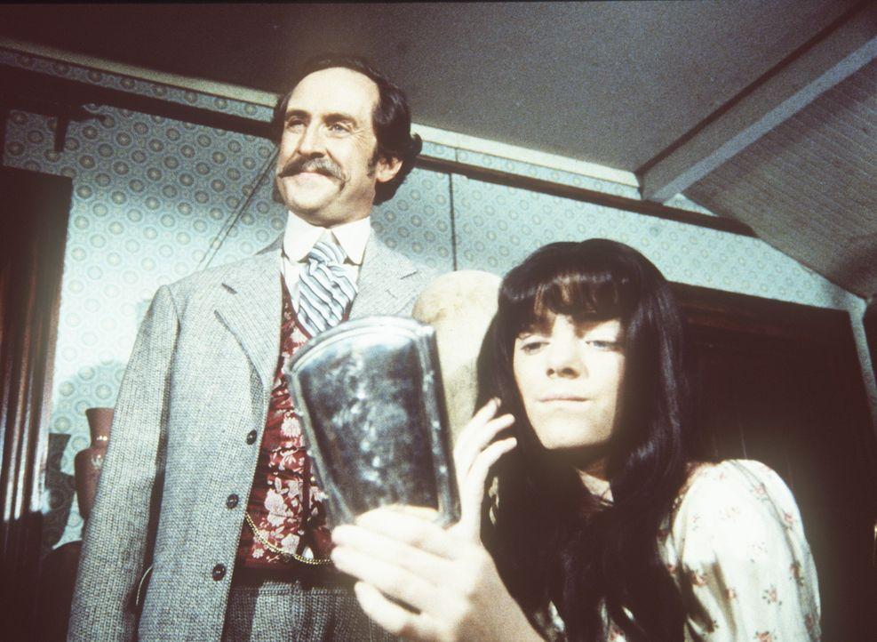 Der Perückenmacher Mr. Mason (Robert Gibbons, l.) präsentiert seine schönste Perücke an der hochnäsigen Nellie (Alison Arngrim, r.). - Bildquelle: Worldvision