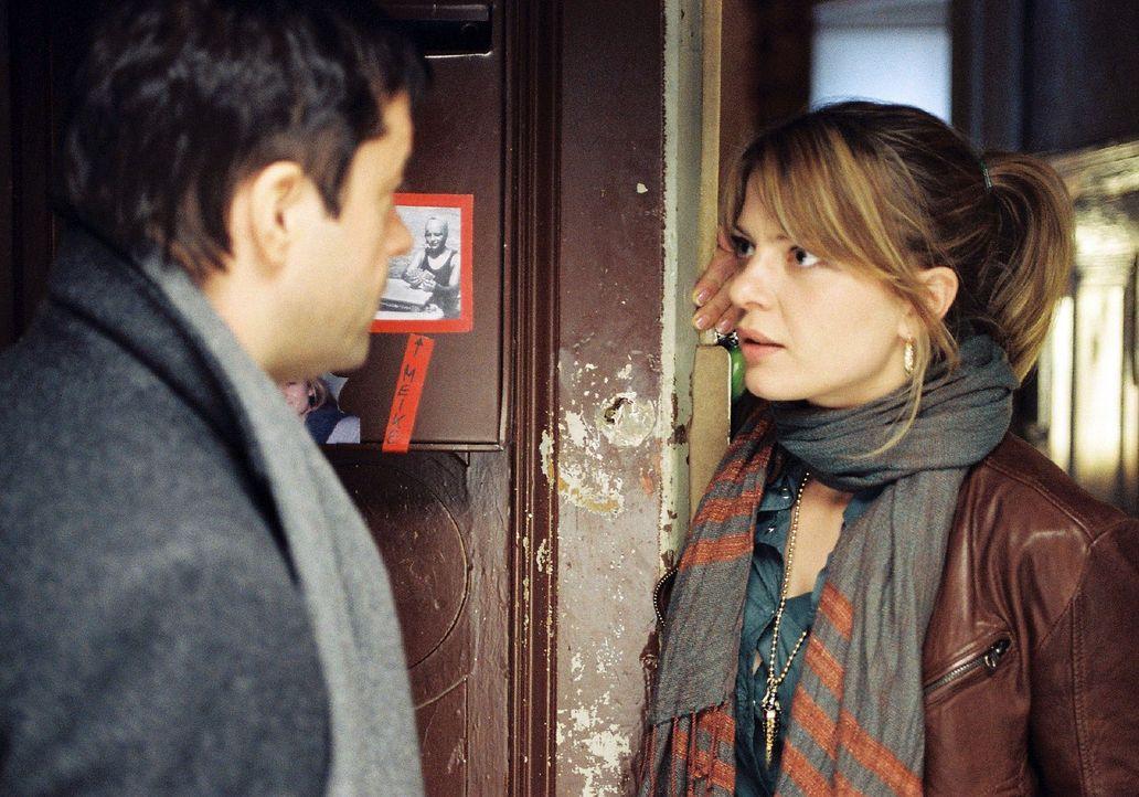 Laurens (Jan Josef Liefers, l.) steht vor Ginas Tür und trifft auf Meike (Jördis Triebel, r.), ihre Mitbewohnerin. Hat er sich nach den Aufregungen... - Bildquelle: Stephan Rabold Sat.1