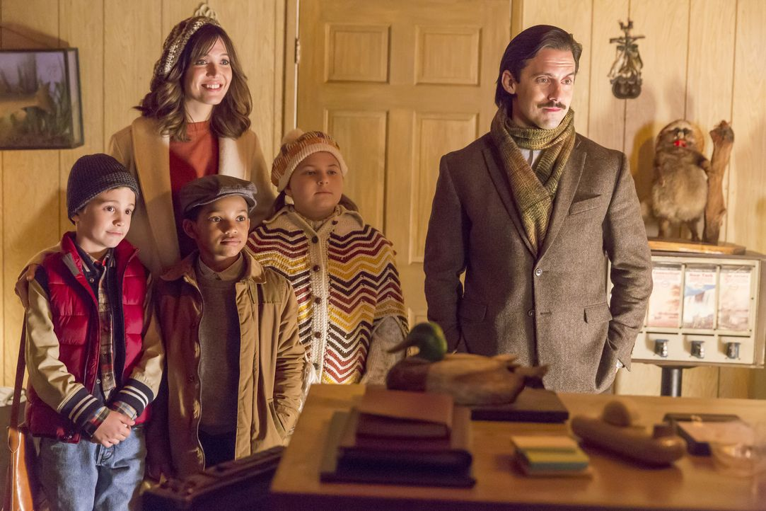 Eine Autopanne durchkreuzt ihre Thanksgivingspläne. Doch Jack (Milo Ventimiglia, r.), Rebecca (Mandy Moore, M.) und die Kinder Kate (Mackenzie Hancs... - Bildquelle: Ron Batzdorff 2016-2017 Twentieth Century Fox Film Corporation.  All rights reserved.   2017 NBCUniversal Media, LLC.  All rights reserved.