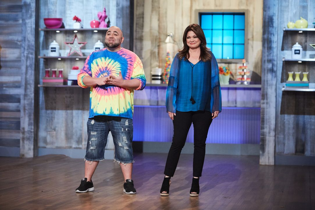 (v.l.n.r.) Duff Goldman; Valerie Bertinelli - Bildquelle: Patrick Wymore 2016, Television Food Network, G.P. All Rights Reserved./Patrick Wymore
