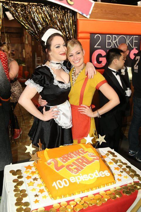 Kat Dennings (l.) und Beth Behrs (r.) feiern die 100. Folge der Serie ... - Bildquelle: Warner Brothers