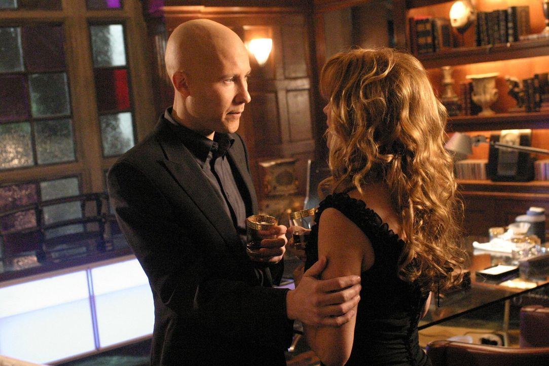 Wird Lex (Michael Rosenbaum, l.) Genevieves (Jane Seymour, r.) Angebot annehmen? - Bildquelle: Warner Bros.