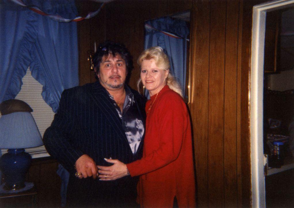 Richard Messina (l.) und Sandra Clover (r.) werden von ihrer Tochter Tabitha und deren Freund brutal umgebracht und alles nur, weil Richard der Bezi... - Bildquelle: 2013 Oxygen Cable LLC. ALL RIGHTS RESERVED.