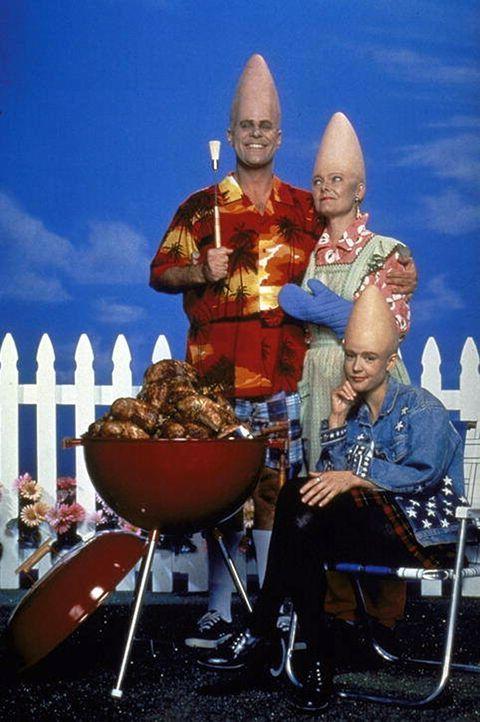 In Amerika leben sie sich großartig ein: Die drei sympathischen Coneheads Mutter Prymaat (Jane Curtin, l.), Tochter Connie (Michelle Burke, M.) und... - Bildquelle: Paramount Pictures