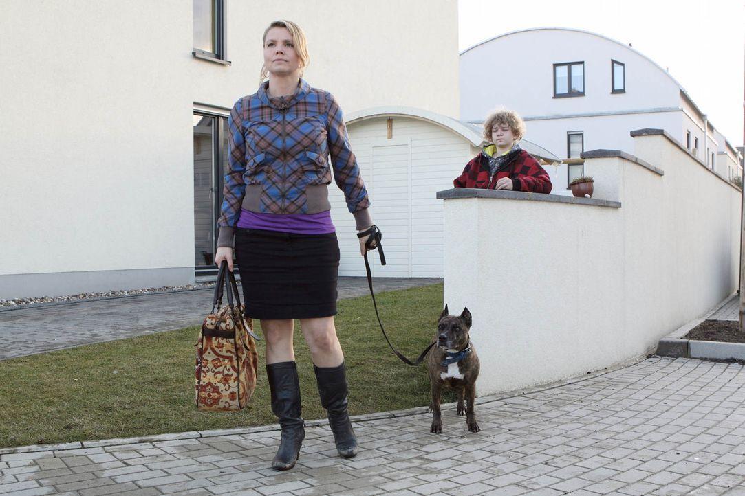 Ein Fall jagt den nächsten: Danni (Annette Frier, l.) versucht, ihrer ehemaligen Nachbarin Kiki und ihrem Sohn Niko (Karl Alexander Seidel, r.) zu... - Bildquelle: SAT.1