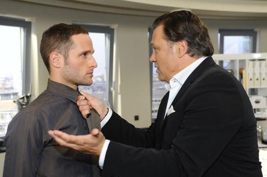 Richard (Robert Jarczyk, r.) stellt seine Sohn David (Lee Rychter, l.) zur Re...
