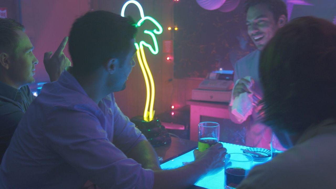 William Cosco (l.) in seiner Lieblings-Bar in Largo, Florida. Er ist dabei, einen fatalen Fehler zu machen: Völlig ahnungslos läd William seinen Kil... - Bildquelle: LMNO Cable Group