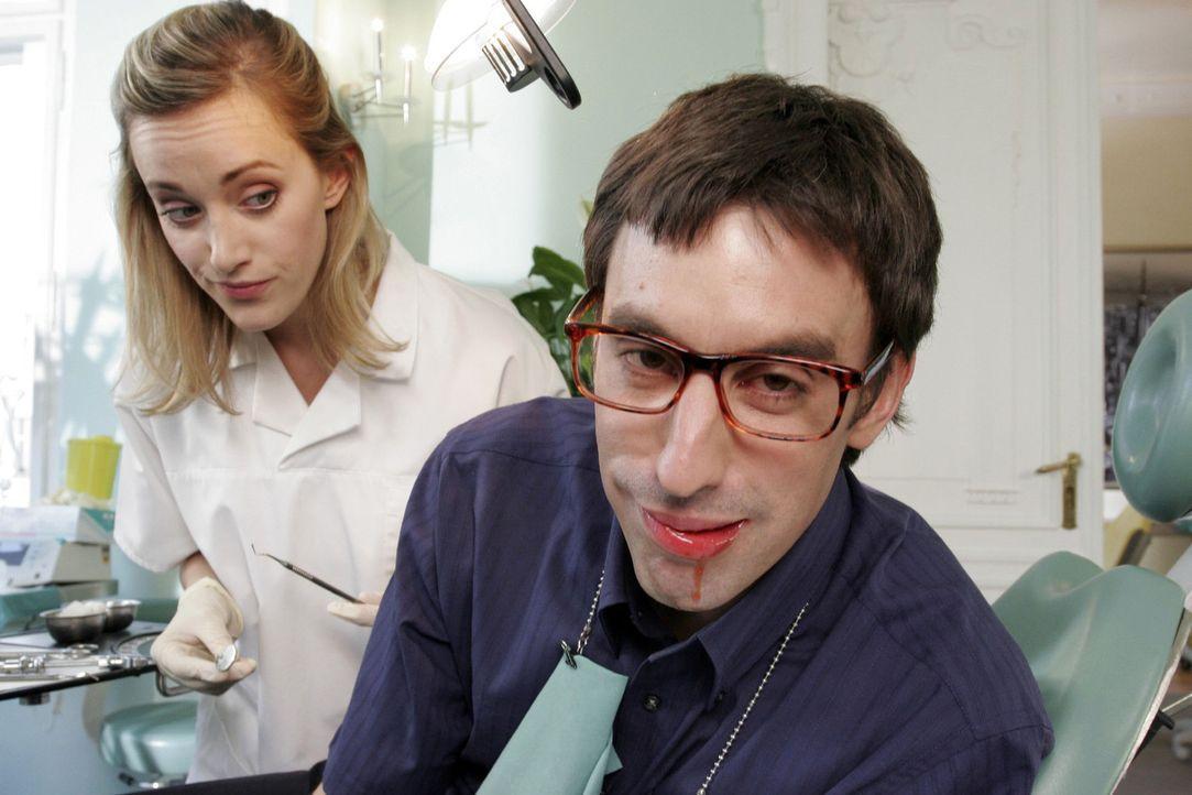 Sie kann als Zahnärztin eine eindeutige Diagnose abgeben - er hat Parodontose, und zwar im fortgeschrittenen Stadium. Doch wann setzt der befürcht... - Bildquelle: Noreen Flynn Sat.1