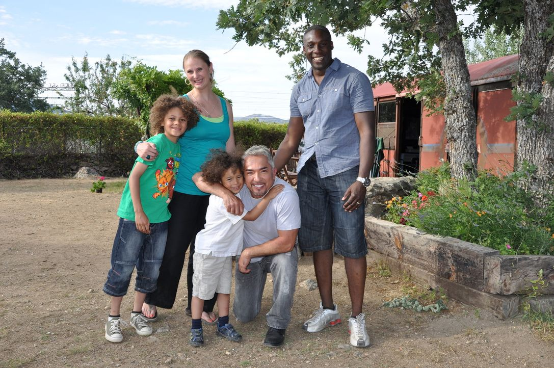 Die Familie Tate ist Cesar Millan (2.v.r.) sofort sympathisch, aber ist die auch das richtige Rudel für die aufgeweckte Hündin Rosie? - Bildquelle: Belén Ruiz Lanzas 360 Powwow, LLC / Belén Ruiz Lanzas