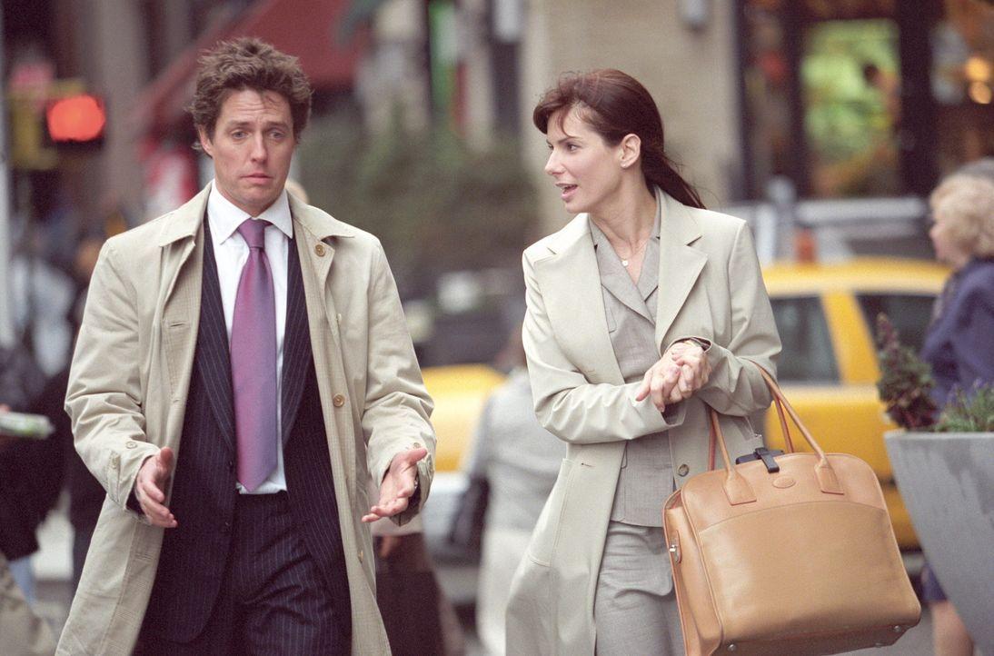 Seit Monaten behandelt der egozentrische Chef, Millionär George Wade (Hugh Grant, l.), die Harvard-Absolventin Lucy Kelson (Sandra Bullock, r.) wie... - Bildquelle: Warner Bros.