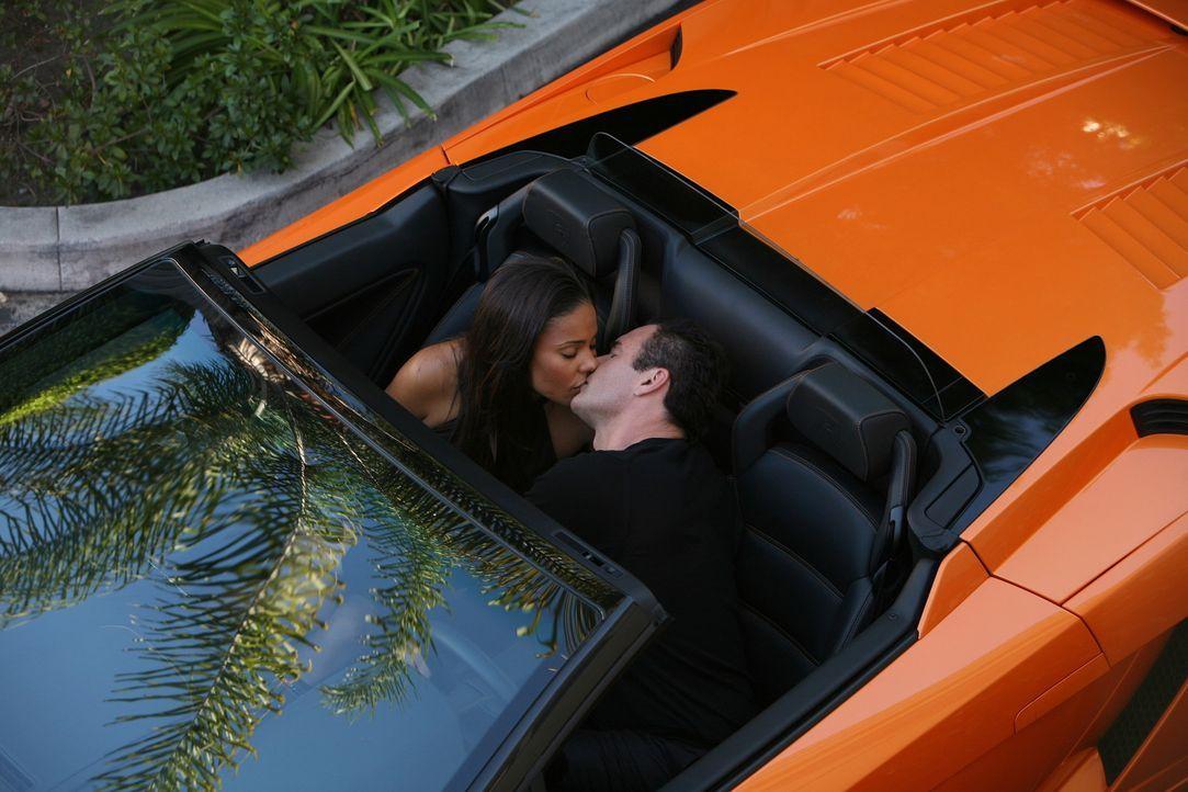 Christian (Julian McMahon, r.) hat es geschafft: Er kann bei Michelle (Sanaa Lathan, l.) landen. Doch das wird er teuer bezahlen müssen ... - Bildquelle: TM and   2004 Warner Bros. Entertainment Inc. All Rights Reserved.