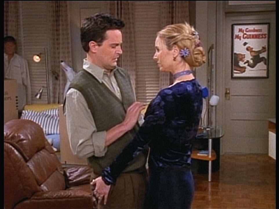 Phoebe (Lisa Kudrow, r.) macht sich an Chandler (Matthew Perry) ran ... - Bildquelle: TM+  2000 WARNER BROS.