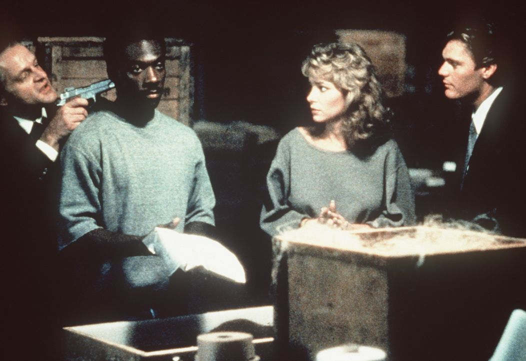 In einem Lagerhaus des schmierigen Geschäftmannes Victor Maitland entdecken Axel (Eddie Muphy, 2.v.l.) und Jenny (Lisa Eilbacher, 2.v.r.) den gesuc... - Bildquelle: Paramount Pictures