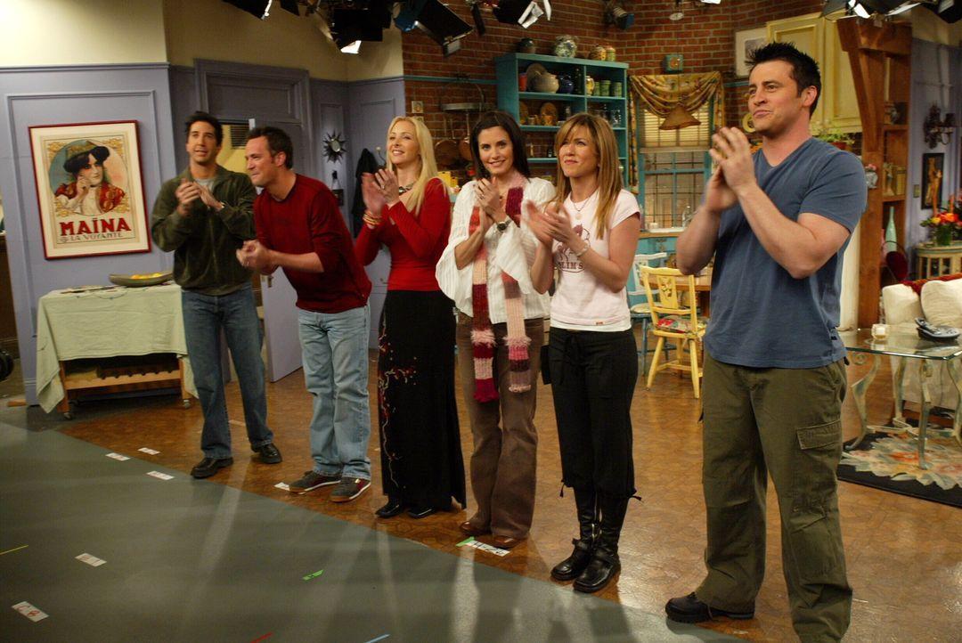 Der Abschied ist gekommen: Ross (David Schwimmer, l.), Chandler (Matthew Perry, 2.v.l.), Phoebe (Lisa Kudrow, 3.v.l.), Monica (Courteney Cox, 3.v.r.... - Bildquelle: Warner Bros. Television