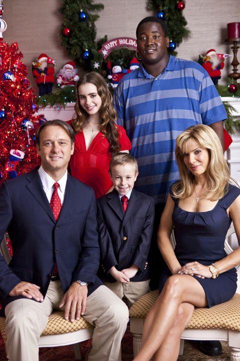 Ein glückliche Familie: Leigh Anne (Sandra Bullock, r.), Sean (Tim McGraw, l.), SJ (Jae Head, M.), Collins (Lily Collins, 2.v.l.) und Michael (Quin... - Bildquelle: Warner Brothers