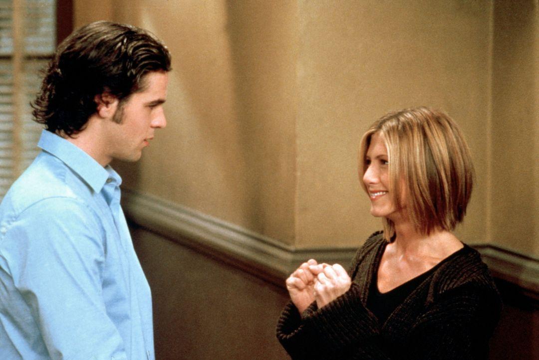 Rachel (Jennifer Aniston, r.) lädt ihren Assistenten Tag (Eddie Cahill, l.) zum Thanksgiving-Essen ein. - Bildquelle: TM+  2000 WARNER BROS.