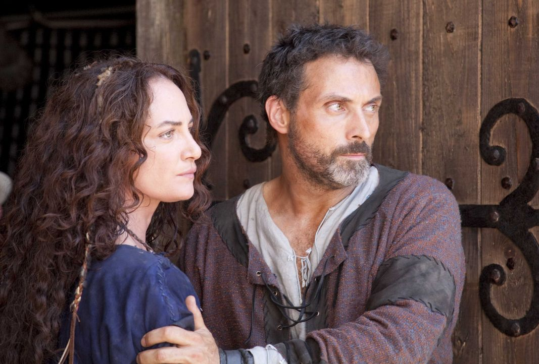 Geraten mit den geltenden Normen in Konflikt: Ex-Novizin Ellen (Natalia Wörner, l.) und Baumeister Tom Builder (Rufus Sewell, r.) ... - Bildquelle: Egon Endrenyi Tandem Productions GmbH / Pillars Productions (Ontario) Inc. / Pillars Productions (Muse) Inc. All rights reserved.