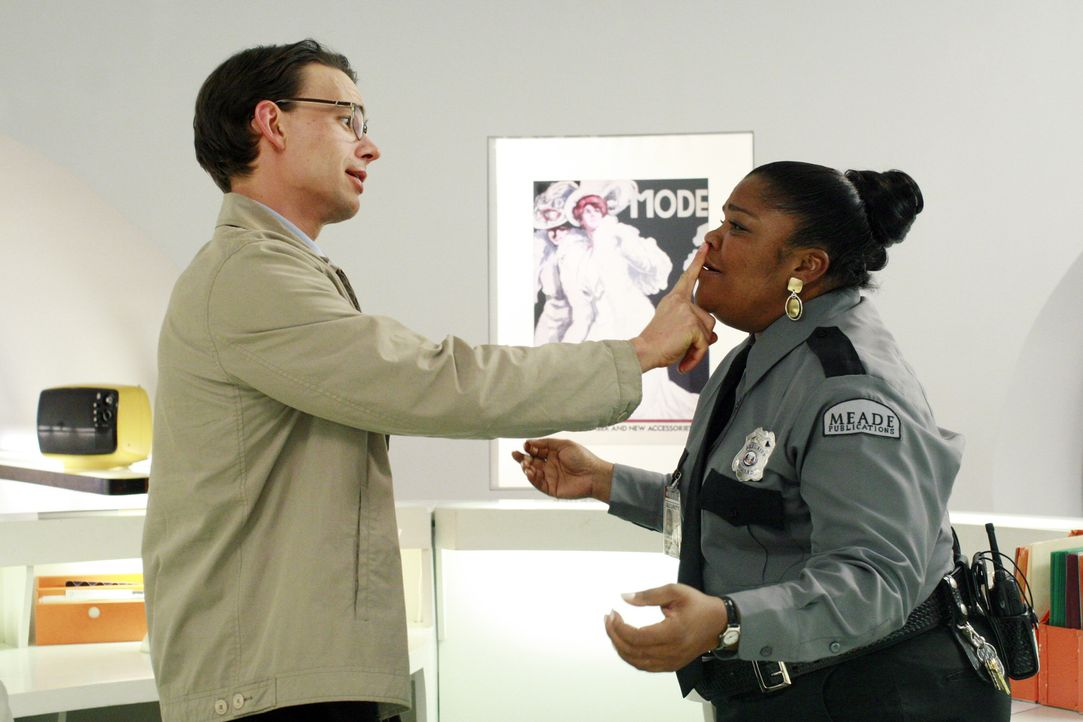 Henry (Christopher Gorham, l.) setzt seinen Charme ein, um die Empfangsdame (Mo'Nique, r.) zu überreden, ihm später Einlass zu gewähren ... - Bildquelle: Buena Vista International Television