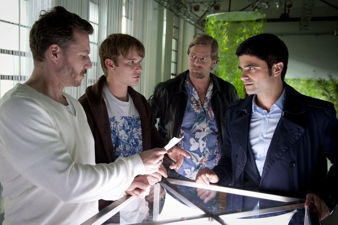 Tobias Brandt (Tobias Schenke, 2.v.l.) und sein Partner Peter Jordanis (Dirk Borchardt, l.) sind Inhaber eines Geocaching-Vereins. Eines Tages wird... - Bildquelle: Martin Rottenkolber SAT.1