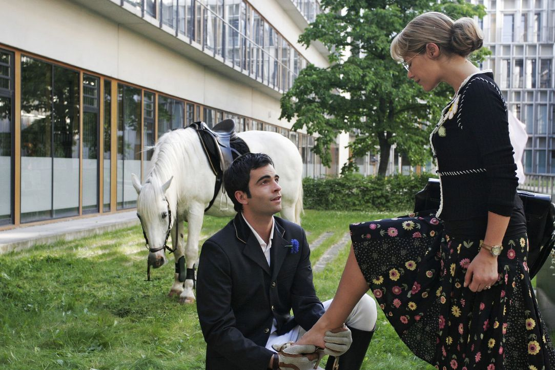 David (Mathis Künzler, l.) kniet vor Lisa (Alexandra Neldel, r.) nieder und macht ihr einen romantischen Heiratsantrag ... diese weiß zunächst ni... - Bildquelle: Noreen Flynn Sat.1