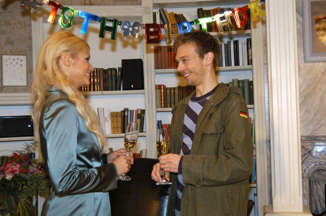 Jürgen (Oliver Bokern, r.) freut sich, mit seinem Humor bei Sabrina (Nina-Friederike Gnädig, l.) ins Schwarze zu treffen und schöpft Hoffnung, ih... - Bildquelle: Monika Schürle Sat.1