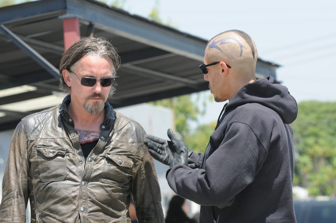 Chibs (Tommy Flanagan, l.) und Juice (Theo Rossi, r.) zweifeln an dem Geschäft mit dem Kartell ... - Bildquelle: 2011 Twentieth Century Fox Film Corporation and Bluebush Productions, LLC. All rights reserved.