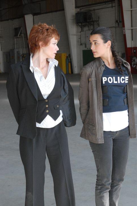 Ende gut, alles gut: Ziva (Cote de Pablo, r.) und Direktorin Jenny Shepard (Lauren Holly, l.) ... - Bildquelle: CBS Television