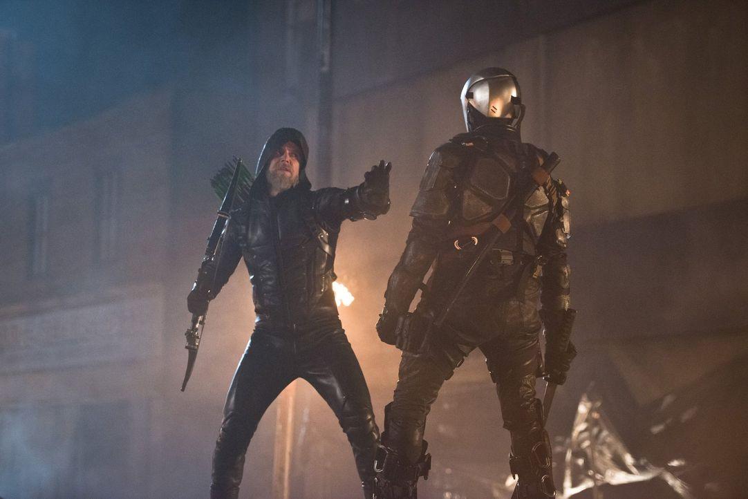 Wird sich Oliver Queen (Stephen Amell, l.) tatsächlich dem Tyrannen Grant Wilson alias Deathstroke (Jamie Andrew Cutler, r.) entgegenstellen, der im... - Bildquelle: 2015 Warner Bros.
