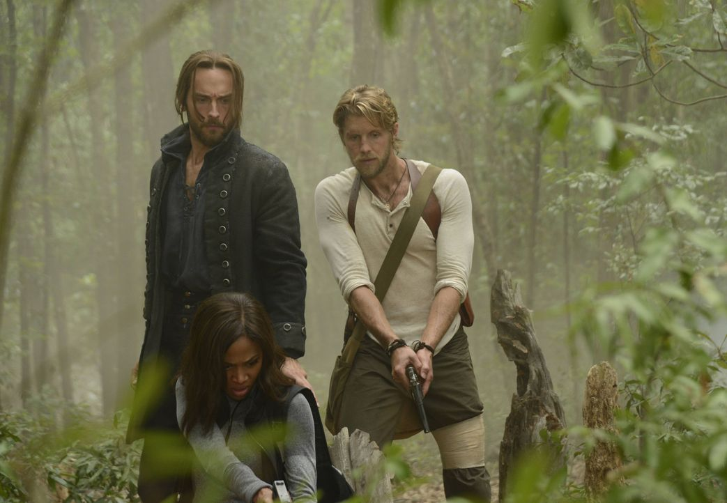 Als ein Kind aus Sleepy Hollow verschwindet, machen sich Ichabod (Tom Mison, l.), Abbie (Nicole Beharie, M.) und Hawley (Matt Barr, r.) auf die Such... - Bildquelle: 2014 Fox and its related entities. All rights reserved.