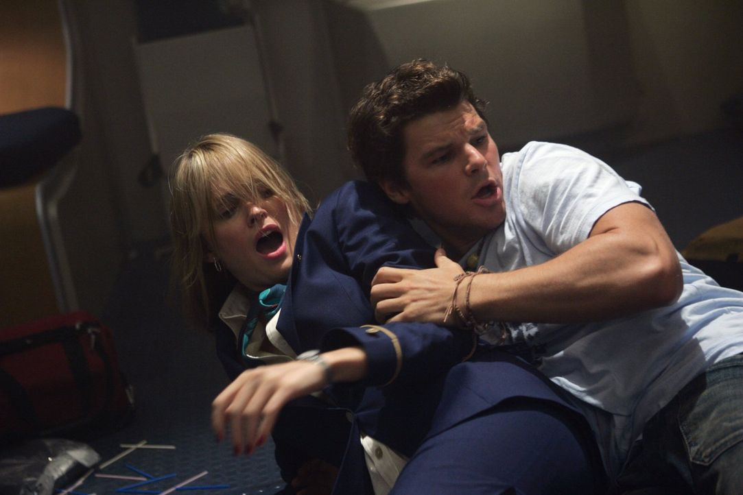 Sean (Nathan Phillips, r.) und Tiffany (Sunny Mabrey, l.) versuchen in Panik, sich irgendwie vor den Giftschlangen zu schützen, die auf einmal aus a... - Bildquelle: Warner Brothers